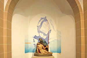 Die Marienkapelle mit Pietà: Hinter der Skulptur eine abstrakte Kreuzform in blauen Farbflächen