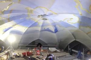 Malerin im Team des Künstlers Tobias Kammerer bei der Gestaltung der Gewölbedecken in der Kirche St. Dionysius in Elsen<br />Fotos: Keim