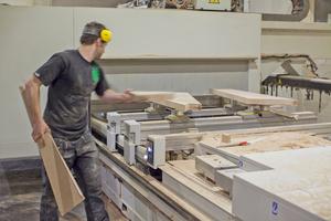 """Mitarbeiter Daniel Kowalski bereitet auf einer 5-Achs-Fräsmaschine Model """"Routech Accord 40 RX"""" von SCM Groiup Deutschland die Trittstufen für die Treppe vor"""