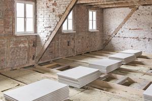 In Erlangen wurden Mineralwolle-Dämmplatten in die Zwischenräume eingelegt