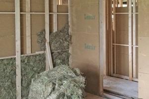 Die Zwischenwände im Obergeschoss von Haupthaus und Nebengebäude bestehen aus Holzständerwerk, wurden mit Hanf gedämmt und beidseitig mit  22mm dicken Lehmbauplatten beplankt