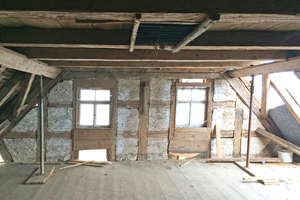 Der originale Dachstuhl von 1777 wurde restauriert und mit Holzweichfaserplatten und Stopfhanf gedämmt Fotos: Lemix