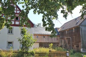 Dreiseithof in  Braunersgrün:  Das Haupthaus ist durch einen mittigen Bau mit Scheune und Stall verbunden
