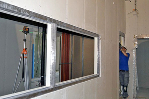 Rechts: Der Einbau von Fenstern erfolgt in der Regel als Festverglasung. Hierzu muss ein spezielles Strahlenschutz-Glas mit dem erforderlichen Bleigleichwert verwendet werden