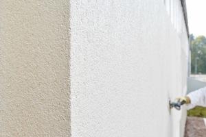 Die abschließende Oberflächenbearbeitung mit einem mineralischen Edelputz verleiht den Fassadenoberflächen ein lebendiges und individuelles Erscheinungsbild