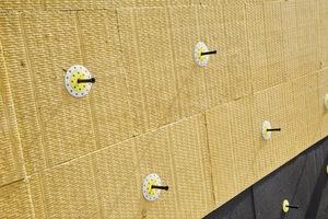 Bei der Verdübelung beider Materialien kommt der weber.therm Schraubdübel SRD-5 zum Einsatz. Die Mineralwoll-Dämmplatten werden unter Zuhilfenahme eines Zusatztellers montiert