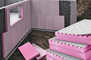 """Längsrillen sowie ein aufkaschiertes Vlies machen den Unterschied und schützen Keller sicher vor eindringender Feuchtigkeit. Austrotherm """"XPS TOP DRAIN"""" ist Perimeterdämmung sowie Drainung in einem Produkt"""