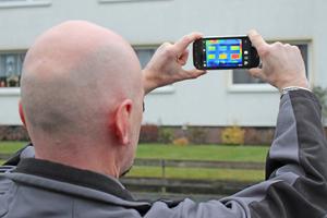 """bauhandwerk-Redakteur Thomas Schwarzmann testet das Rugged Smartphon """"CAT S60"""" von Caterpillar. Mittlerweile ist bereits das """"S61"""" auf dem Markt<span class=""""bildnachweis"""">Fotos (2): Thomas Wieckhorst</span>"""