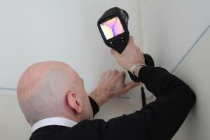 bauhandwerk-Redakteur Thomas Schwarzmann probiert eine Thermografiekamera von Flir aus