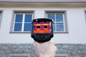 Einsteigerkameras ermöglichen die Lokalisierung von Wärmebrücken und undichten Fenstern Foto: Testo<br />