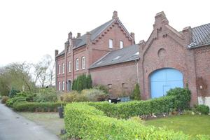 Der Vierkanthof mit dem repräsentativen Hauptgebäude; durch das Tor erreicht man den Innenhof