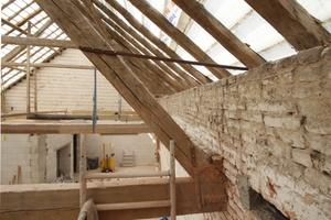 Hier sieht man eines der Auflager des Sprengwerks. Der neue Dachstuhl ruht auf dem neuen Kalksandsteinmauerwerk<br />