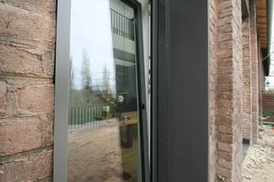 Die rechteckigen Fensteröffnung durften aus Denkmalschutzgründen nicht verputzt, sondern mussten verblecht werden<br />