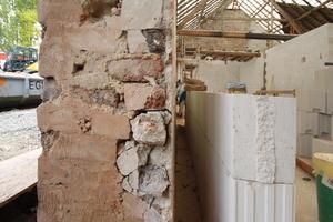 Außenwand, Schnittansicht. Der Spalt zwischen Backstein- und Kalksandsteinmauerwerk wurde mit Steinwolle gefüllt<br />