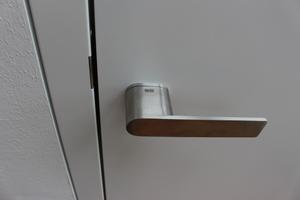 Die überhohen Türen (2,60m) sind flächenbündig eingebaut. Die Türdrücker kommen ohne Rosette aus<br />