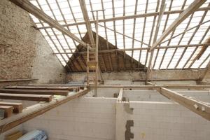 Blick auf den alten Dachstuhl. Wo das benachbarte Satteldach anstößt, befindet sich jetzt ein Kinderzimmer<br /><br />