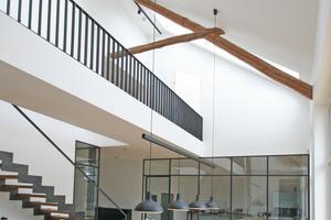 Blick ins Esszimmer, das durch Dachflächen- und Fassadenfenster belichtet wird; eine Galerie verbindet die beiden Bereiche des Obergeschosses und unterstreicht den loftartigen Charakter