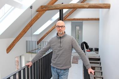 Thomas Schwarzmann, Redakteur der bauhandwerk, auf der Baustelle des zum Wohnhaus umgenutzten ehemaligen Bullenstalls Foto: Thomas Wieckhorst