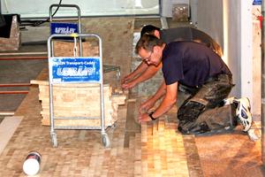 Unten rechts: Das Hirnholzparkett verlegten die Handwerker nicht in einzelnen Quadraten, sondern immer als Streifen