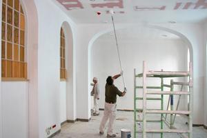 Oben rechts: Dem Ausbau im Treppenfoyer folgten die Malerarbeiten