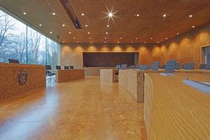 """Im Parlamentssaal der Deutschsprachigen Gemeinschaft (DG) von Belgien steht man nicht nur auf quadratischem Parkett, es befindet sich auch an Wand und Decke<span class=""""bildnachweis"""">Foto: Leaser</span>"""