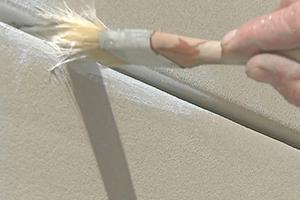 Herausquellenden Kleber mit einem Pinsel zu einer Hohlkehle formen ...