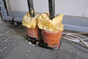 """Mit Bauschaum wird's schon hinhauen? Solche """"Baustellenlösungen"""" können das Eindringen von Feuchtigkeit und Gasen nicht zuverlässig verhindern"""