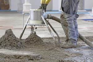 Mittels Pumpenförderung transportierten die Handwerker den frischen Estrich auf den Kirchenboden