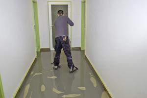 Bei einer vollkommen intakten Untergrundkonstruktion muss lediglich die Oberfläche gespachtelt werden, um eine ebene Oberfläche und gleichmäßige Haftfähigkeit für den folgenden Oberbelag herzustellen