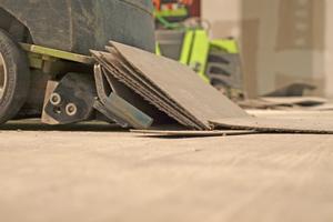 Bei fest verklebten elastischen Bodenbelägen oder gar Echtholzparkett sind eine große Schlagkraft und ein entsprechendes Gewicht nötig, um diese Beläge sorgfältig und gründlich zu entfernen
