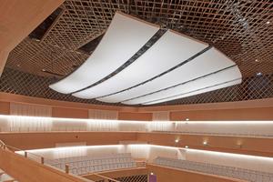 Die von Knauf als Sonderkonstruktion vorgefertigten Deckensegel aus Gipsfaserplatten für den neuen Konzertsaal des Musikforums Ruhr in Bochum sind in alle Richtungen beweglich. Schall und Akustik lassen sich so perfekt steuern⇥Fotos: Knauf / Fabian Linden