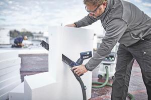 """Mit der Akku Dämmstoffsäge """"ISC 240""""kann man sowohl feste Dämmmaterialien wie zum Beispiel Polystyrol schneiden ..."""