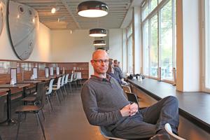 """Thomas Wieckhorst, Chefredakteur der bauhandwerk, im Café des zur Fotogalerie umgenutzten Amerika Hauses in Berlin<span class=""""bildnachweis"""">Foto: Wolfgang Heine</span>Kontakt: 05241/801040, thomas.wieckhorst@bauverlag.de"""