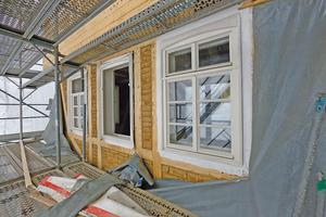Die Kastenfenster lehnen sich außen an die historischen Vorbilder an ...
