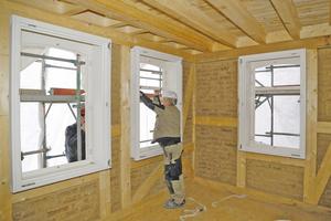 Montage der Holzfenster auf der Baustelle in Frankfurt Fotos: Remmers