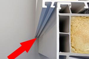 Fensterrahmennuten: Bei Windbeanspruchung wird das Wasser entlang der Fensterrahmennuten genau in diese Fehlstellen hineingeleitet und dabei direkt vorbei an der ersten Abdichtungsebene (gebildet durch Fensterbank und Anschlüsse)