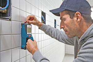 """Unsere Empfehlung: Der Wallscanner """"D-tect 150"""" von Bosch findet zuverlässig das, was der Bohrer nicht finden soll: In der Wand verborgene Elektroleitungen, Metall- und Kunststoffrohre sowie Armierungseisen <span class=""""bildnachweis"""">Foto: Bosch</span>"""