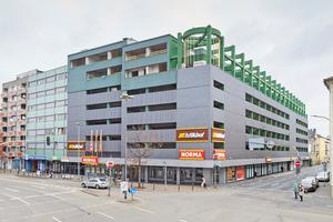 Das 1982 errichtete Parkhaus in Offenbach wurde 1992 um zwei Etagen aufgestockt, in denen Büroräume eingerichtet wurden