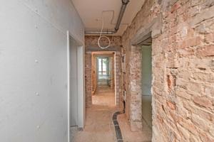 Die Häuser wurden komplett entkernt. Die Wohnungstrennwände in Massivbauweise erhielten zur Verbesserung des Schallschutzes eine Vorsatzschale mit Gipsfaserplatten und 45mm Mineralwolldämmung im Wandhohlraum. Die Raumtrennwände wurden komplett in Trockenbauweise erstellt