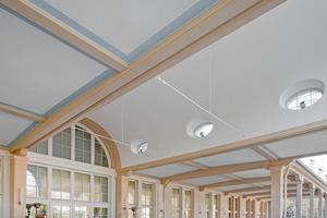 """Die Säulenhalle der Orangerie erhielt eine akustisch wirksame Decke mit """"LaHydro Akustik""""-Platten von Siniat und einem Akustikputz von Scherff"""