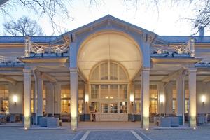 Besonders am Abend verbreitet die 1844 im Kurpark von Bad Homburg erbaute Orangerie eine reizvolle (Konzert-) Atmosphäre