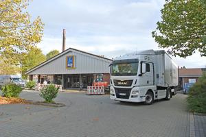 Im Zuge des Umbaus erhielt die Aldi-Süd-Filiale in Willich-Anrath eine neue Akustikdecke. Die alten Deckenplatten transportiert der Lkw zum Recycling beim Hersteller ab