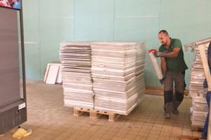 Für den Transport werden die Paletten mit den aufgestapelten Platten mit Schrumpffolie umwickelt