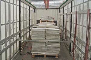 Die ausgebaute Decke auf dem Weg zur Aufbereitung und Produktion neuer Mineralplatten