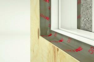 """Das Spezialklebeband """"FAST-UC 8045"""" haften im Innen- und Außenbereich auf allen gängigen Bau- und Konstruktionsuntergründen wie PE, Holz, OSB, Beton oder Ziegel"""