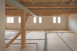 """Das Holztragwerk wurde mit Stahlstützen und Stahlträgern statisch ertüchtigt, die Fußböden mit dem """"Turbolight-System"""" von Uzin Utz ausgeglichen<span class=""""bildnachweis"""">Fotos: Uzin Utz / David Franck</span>"""