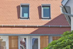 """Velux Fenster und Lichtlösungen auf beiden Seiten des Satteldachs bringen Licht und Luft in die sanierte und umgebaute """"Huchler Scheune""""⇥Foto: Velux / David Franck"""