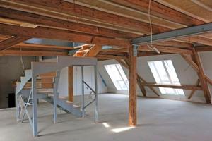 Tragkonstruktion für das Treppenmöbel und Bodenausgleich sind ausgeführt