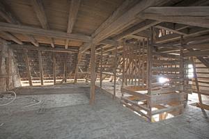 Das Treppenmöbel entstand an der Stelle, an der sich früher die Öffnung für den Flaschenzug befand