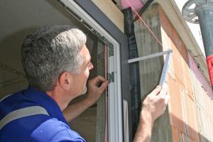 Muss das Fenster innerhalb der Laibung nach innen oder nach außen bewegt werden, halten die verbundenen Keile zusammen